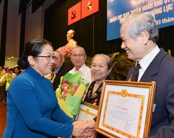 Đồng chí Võ Thị Dung tặng giấy khen các cá nhân có nhiều đóng góp tích cực cho công tác truyền thống, chính sách Khối Tuyên huấn TP. Ảnh: VIỆT DŨNG