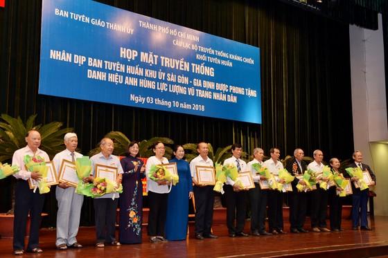 Phó Bí thư Thành ủy TPHCM Võ Thị Dung và Trưởng Ban Tuyên giáo Thành ủy TPHCM Thân Thị Thư tặng bằng khen cho các tập thể, cá nhân tại buổi họp mặt. Ảnh: VIỆT DŨNG