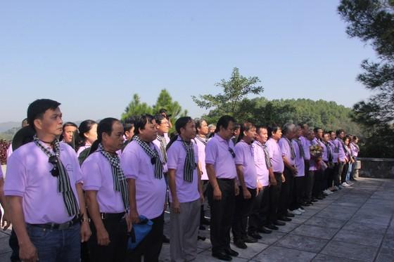Đoàn cán bộ tuyên giáo, báo chí TPHCM viếng mộ cố Tổng Bí thư Trần Phú ảnh 1