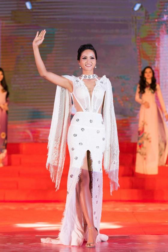 Hoa hậu H'Hen Niê khoe dáng trong váy trắng đầy quyến rũ ảnh 1