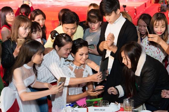 Hoa hậu H'Hen Niê khoe dáng trong váy trắng đầy quyến rũ ảnh 3