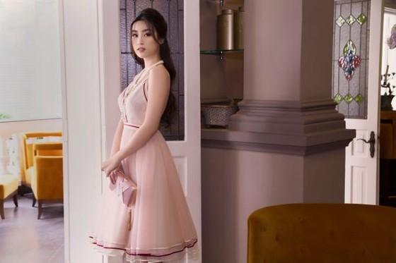 Sau khi trao lại vương miện, Hoa hậu Đỗ Mỹ Linh xuất hiện tươi tắn và rạng ngời ảnh 1