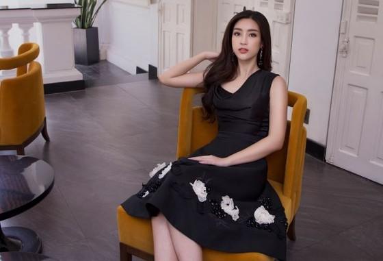 Sau khi trao lại vương miện, Hoa hậu Đỗ Mỹ Linh xuất hiện tươi tắn và rạng ngời ảnh 7