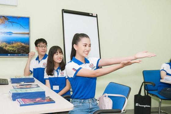Hoa hậu Tiểu Vy về trường, tham gia buổi học đầu tiên ảnh 2