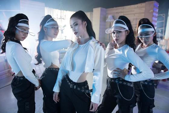 Đông Nhi hoá cô nội trợ xinh đẹp và táo bạo trong MV mới nhất ảnh 5