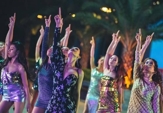Đông Nhi hoá cô nội trợ xinh đẹp và táo bạo trong MV mới nhất ảnh 4