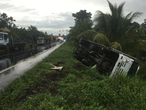 Hậu Giang: Xe tải lật nhào xuống ruộng  ảnh 1