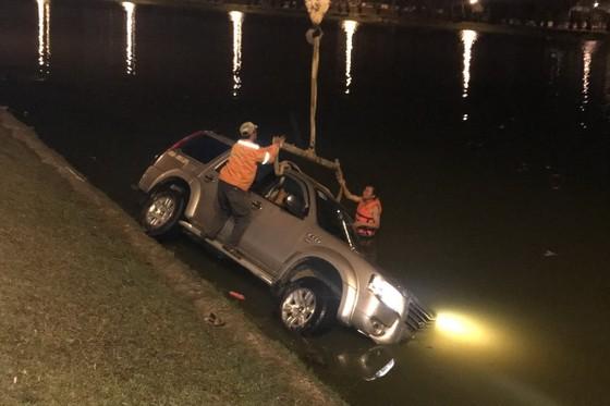 Xe hơi chở 5 người lao xuống hồ Xuân Hương trong đêm ảnh 2