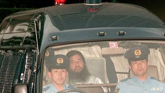 Nhật Bản tử hình thủ lĩnh giáo phái tận thế tấn công tàu điện ngầm Tokyo bằng khí độc sarin ảnh 1