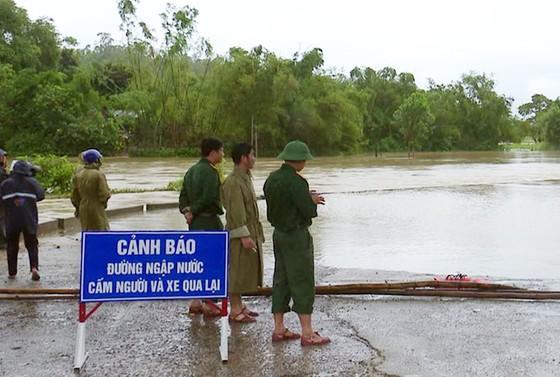 Phú Yên: Hàng trăm hộ dân chìm ngập trong biển lũ ảnh 3
