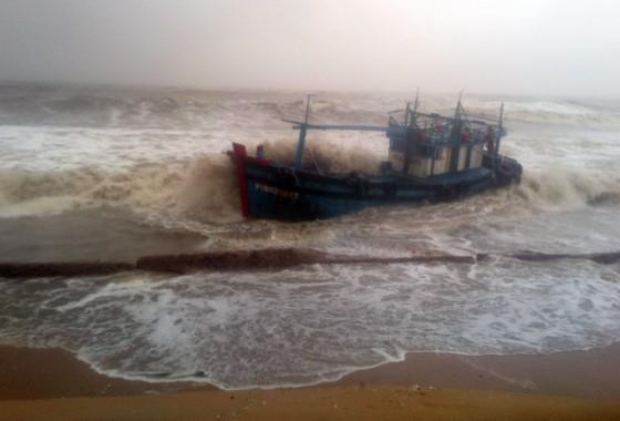 VIDEO: Tàu nước ngoài nghi chở dầu bị bão đánh vào mỏm đá, dầu lênh láng khắp vùng biển ảnh 8