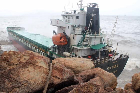 VIDEO: Tàu nước ngoài nghi chở dầu bị bão đánh vào mỏm đá, dầu lênh láng khắp vùng biển ảnh 1