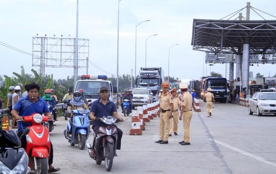 Bình Định: Nhiều tài xế xe dùng tiền lẻ mua vé qua trạm BOT gây ách tắc giao thông ảnh 2