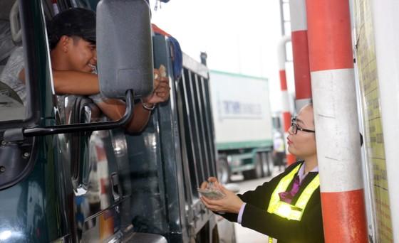 Bình Định: Nhiều tài xế xe dùng tiền lẻ mua vé qua trạm BOT gây ách tắc giao thông ảnh 1