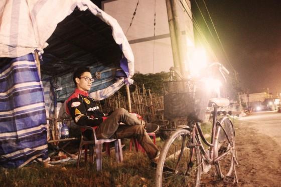 """Chủ mai Bình Định """"đổ bộ"""" QL1 chong đèn, dựng lều chào bán mai tết sớm ảnh 14"""