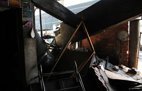 Xe tải mất lái lao vào hàng loạt phương tiện, tông sập 1 nhà dân  ảnh 2