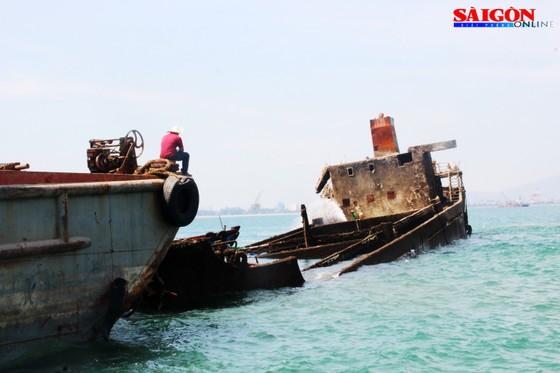 """Ra biển xem """"vòi bạch tuộc"""" kéo xác tàu ngàn tấn bị đắm ảnh 4"""