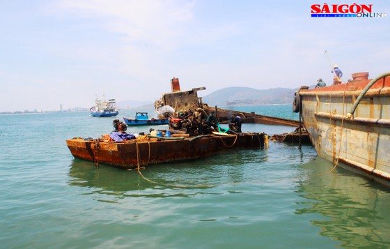 """Ra biển xem """"vòi bạch tuộc"""" kéo xác tàu ngàn tấn bị đắm ảnh 10"""