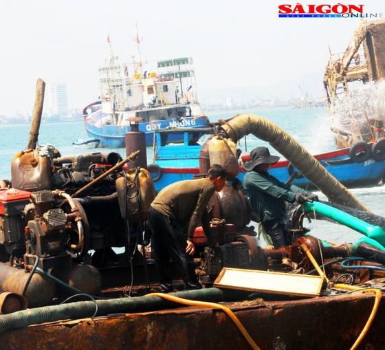 """Ra biển xem """"vòi bạch tuộc"""" kéo xác tàu ngàn tấn bị đắm ảnh 1"""