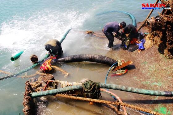 Cận cảnh thợ lặn ngâm mình giữa biển, tìm cách lặn vào khoang tàu đắm ảnh 1