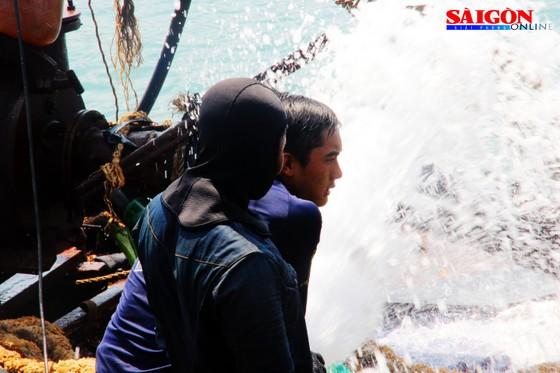 Cận cảnh thợ lặn ngâm mình giữa biển, tìm cách lặn vào khoang tàu đắm ảnh 2