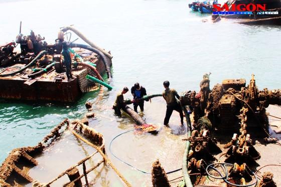 """Ra biển xem """"vòi bạch tuộc"""" kéo xác tàu ngàn tấn bị đắm ảnh 7"""