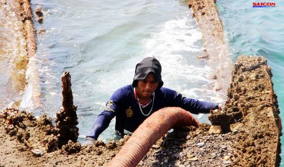 Cận cảnh thợ lặn ngâm mình giữa biển, tìm cách lặn vào khoang tàu đắm ảnh 7