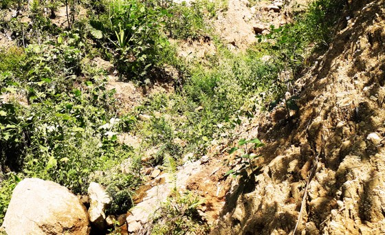 Mời cơ quan địa chất khảo sát việc núi Goi Ra Hách xuất hiện hàng chục vết nứt ảnh 2