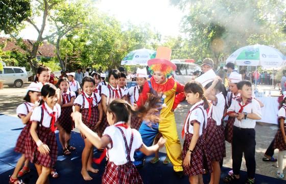 Phó Chủ tịch nước Đặng Thị Ngọc Thịnh trao quà cho 700 học sinh vùng lũ Bình Định ảnh 7