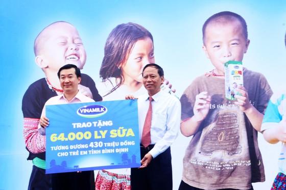 Phó Chủ tịch nước Đặng Thị Ngọc Thịnh trao quà cho 700 học sinh vùng lũ Bình Định ảnh 4