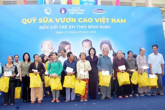 Phó Chủ tịch nước Đặng Thị Ngọc Thịnh trao quà cho 700 học sinh vùng lũ Bình Định ảnh 5