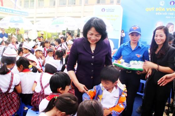 Phó Chủ tịch nước Đặng Thị Ngọc Thịnh trao quà cho 700 học sinh vùng lũ Bình Định ảnh 3
