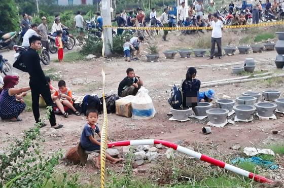 Xe giường nằm chở theo 29 hành khách tông gãy trụ điện lao xuống ruộng lật ngửa ảnh 4