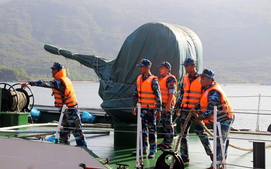 Cảnh sát biển cứu tàu bị nạn cùng 7 ngư dân Bình Định vào bờ an toàn ảnh 7