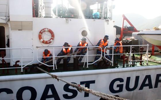 Cảnh sát biển cứu tàu bị nạn cùng 7 ngư dân Bình Định vào bờ an toàn ảnh 5