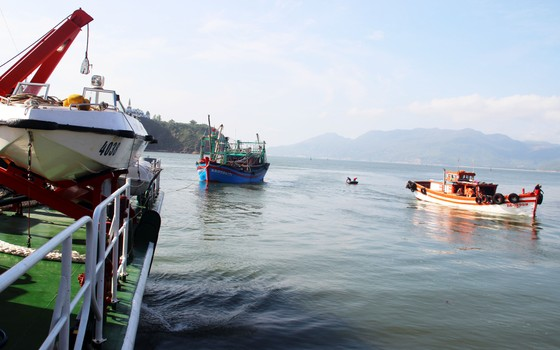 Cảnh sát biển cứu tàu bị nạn cùng 7 ngư dân Bình Định vào bờ an toàn ảnh 6