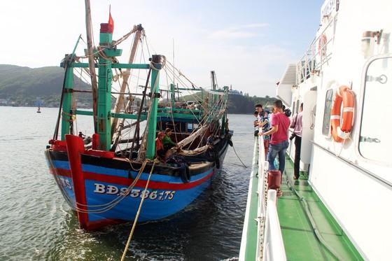 Cảnh sát biển cứu tàu bị nạn cùng 7 ngư dân Bình Định vào bờ an toàn ảnh 8