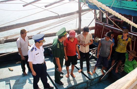Cảnh sát biển cứu tàu bị nạn cùng 7 ngư dân Bình Định vào bờ an toàn ảnh 9