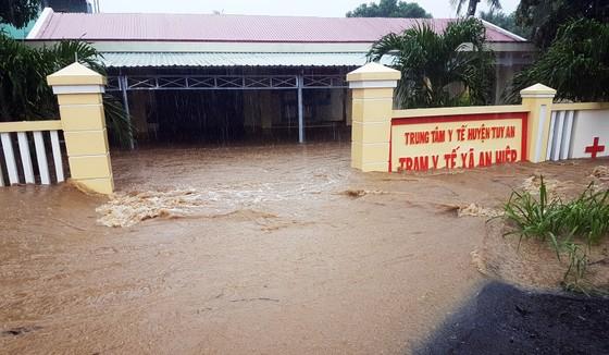 Lũ gây ngập diện rộng ở Phú Yên, nhiều công trình giao thông bị tàn phá nặng nề ảnh 1