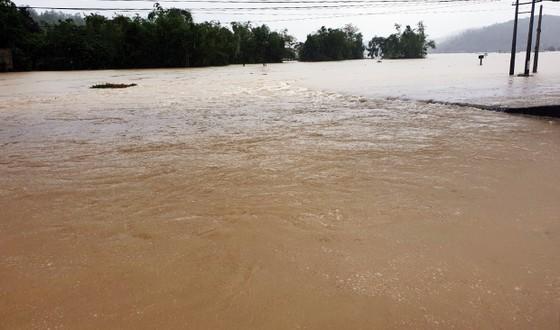 Lũ gây ngập diện rộng ở Phú Yên, nhiều công trình giao thông bị tàn phá nặng nề ảnh 2