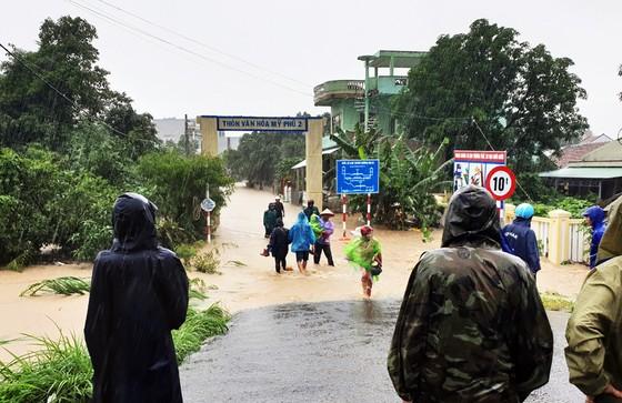 Lũ gây ngập diện rộng ở Phú Yên, nhiều công trình giao thông bị tàn phá nặng nề ảnh 6