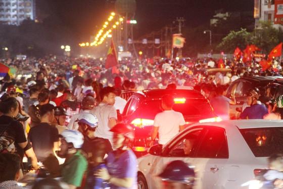 Nức lòng khi Việt Nam vào Chung kết AFF Cup ảnh 8