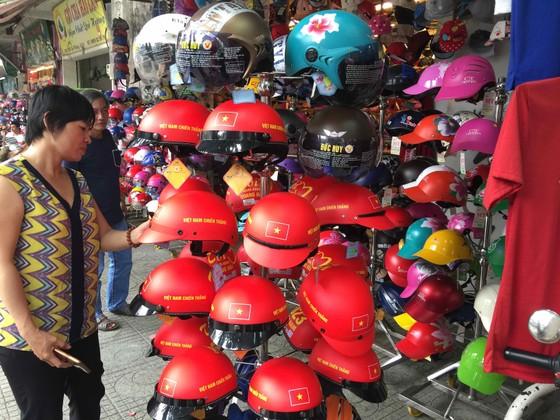 Gần 5.000 áo cờ Việt Nam được bán ra mỗi ngày ảnh 1