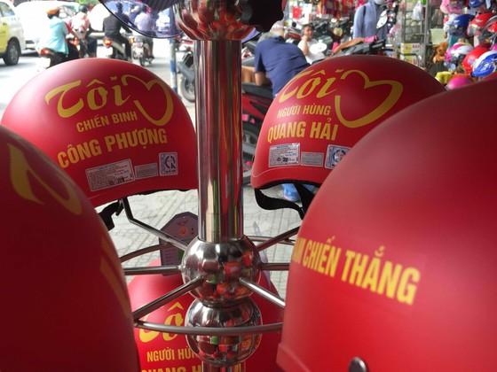 Gần 5.000 áo cờ Việt Nam được bán ra mỗi ngày ảnh 2