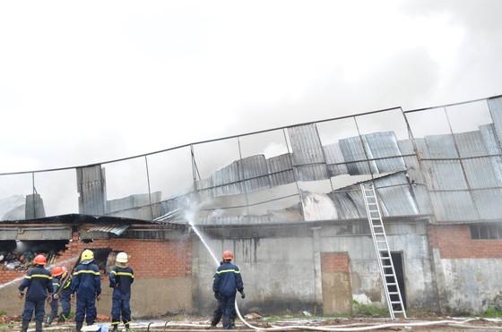 Cảnh sát PCCC Hóc Môn phá tường dập lửa ở công ty may mặc  ảnh 1
