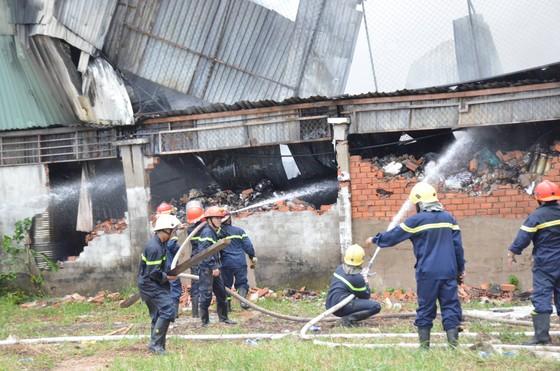 Cảnh sát PCCC Hóc Môn phá tường dập lửa ở công ty may mặc  ảnh 3