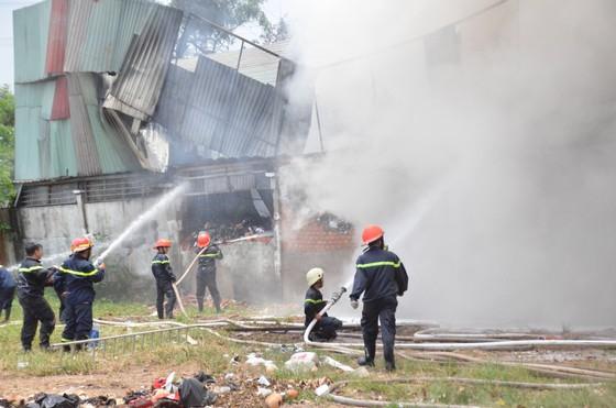 Cảnh sát PCCC Hóc Môn phá tường dập lửa ở công ty may mặc  ảnh 2