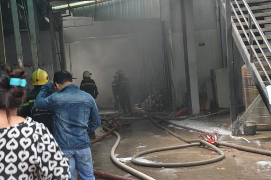 Cảnh sát PCCC Hóc Môn phá tường dập lửa ở công ty may mặc  ảnh 5