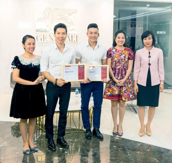 Đại diện Generali Việt Nam trao tặng gói giải pháp bảo hiểm nhân thọ Vita – Sống Tự tin cho Quốc Cơ – Quốc Nghiệp và gia đình