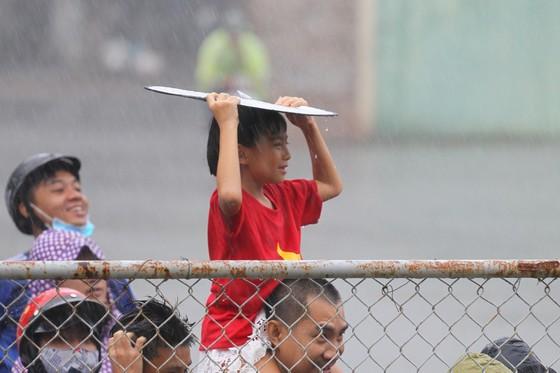 Người hâm mộ Bình Dương đội mưa đón xem thầy trò HLV Park Hang-seo tập ảnh 1